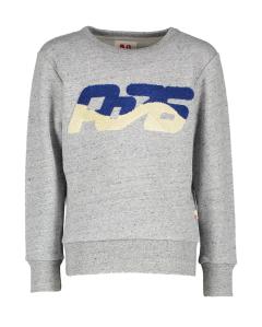 AO76 Grijze sweater met blauwe stoffen borstprint AO Boys