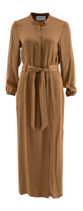 Just Eve Lang cognac kleurige jurk in glanzende stof Justeve